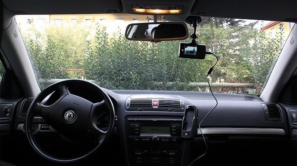 Gắn camera hành động lên ô tô